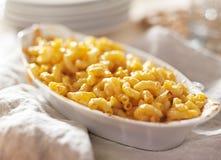 Kom van gebakken macaroni en kaas Stock Foto's