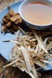 Kom van gebrouwen Chinese kruiden met droge geassorteerde wortels opzij stock afbeelding
