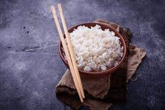 Kom van gekookte rijst en eetstokjes Stock Afbeelding