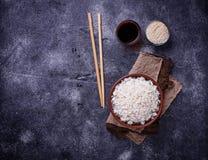 Kom van gekookte rijst en eetstokjes Royalty-vrije Stock Afbeeldingen