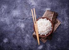 Kom van gekookte rijst en eetstokjes Stock Fotografie