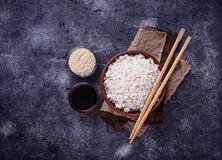 Kom van gekookte rijst en eetstokjes Royalty-vrije Stock Fotografie