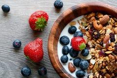Kom van gezond ontbijt: granola met yoghurt en verse bessen stock foto's