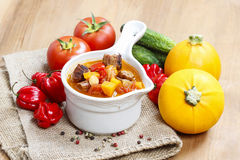 Kom van goelasjsoep en verse groenten Royalty-vrije Stock Fotografie
