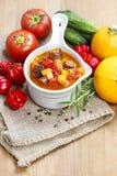 Kom van goelasjsoep en verse groenten Royalty-vrije Stock Foto