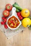 Kom van goelasjsoep en verse groenten Stock Foto's