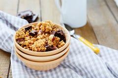 Kom van granola en chocoladeschilfers Stock Fotografie