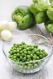 Kom van groene erwten stock afbeeldingen