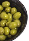 Kom van groene geïsoleerde olijven Stock Fotografie
