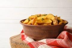 Kom van heerlijke ovenaardappelen in de schil met dille royalty-vrije stock foto's