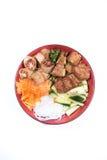 Kom van het broodje van rundvleesbo met salade, varkensvleesribben, verse kruiden Stock Afbeelding