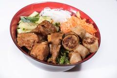 Kom van het broodje van rundvleesbo met salade, varkensvleesribben, verse kruiden Stock Foto's