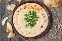 Kom van hummus, romig vegetarisch voedsel met kuiken royalty-vrije stock afbeeldingen