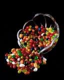 Kom van Jelly Beans Tipped Over op Zwarte Achtergrond royalty-vrije stock afbeeldingen