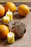 Kom van Kerstmiskoekjes onder aromatische sinaasappelen en gele cand Royalty-vrije Stock Foto