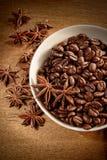 Kom van koffiebonen en kruid royalty-vrije stock fotografie