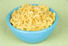 Kom van macaroni en kaas stock foto
