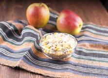 Kom van muesli, appel, noten, vlokken, geglaceerd voor voedzame B stock afbeeldingen
