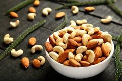 Kom van noten Gezond voedsel stock foto's