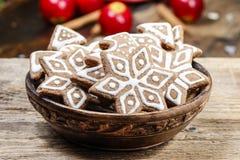 Kom van peperkoekkoekjes De stemming van Kerstmis Stock Fotografie