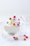 Kom van softserveroomijs en suikergoed Stock Afbeeldingen