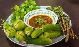 Kom van Spaanse peper met peper en bonen met de verse groente Stock Afbeelding