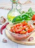 Kom van verse eigengemaakte salsaonderdompeling en ingrediënten Stock Fotografie