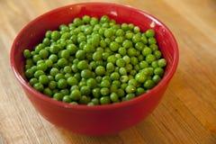 Kom van verse groene erwten klaar te koken Royalty-vrije Stock Foto's