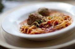 Kom van vleesballetjespaghetti Stock Afbeelding
