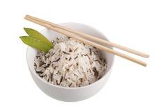 Kom van wilde rijst en eetstokjes royalty-vrije stock foto