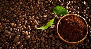Kom vers gemalen enige oorsprongskoffie stock foto
