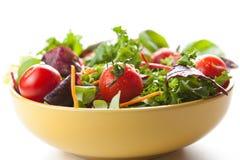 Kom verse groene salade met tomaten Stock Foto's