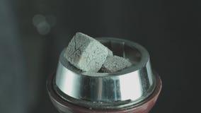Kom voor waterpijp samen met hete steenkolen op waterpijp stock videobeelden