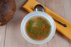 Kom Warme Soep met Groene Erwten Stock Foto