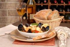 Kom zeevruchtensoep met wijn en rustiek brood Stock Afbeelding