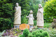Komancza, Polônia - 20 de julho de 2016: Figuras da família santamente dentro Fotografia de Stock