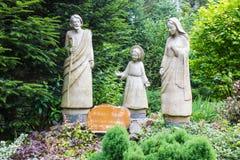 Komancza, Polonia - 20 de julio de 2016: Figuras de la familia santa adentro Imagen de archivo
