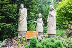 Komancza, Polonia - 20 de julio de 2016: Figuras de la familia santa adentro Fotografía de archivo
