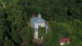 Komarnica truteń od starego kościół Truteń od ptaka oka widoku porzucający zaniechany kościół Zaniechany stary kościół zbiory wideo