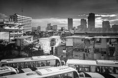 Kombinacja Handlowych budynków ACand nieformalni osadnicy w Manila Zdjęcie Royalty Free