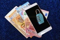 Kombinacja kędziorek na banknotach i smartphone Zdjęcie Stock