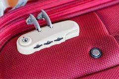 Kombinacja kędziorek na czerwonej walizce Zdjęcia Royalty Free