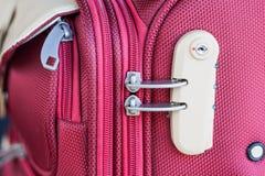 Kombinacja kędziorek na czerwonej walizce Obraz Stock