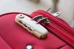 Kombinacja kędziorek na czerwonej walizce Zdjęcia Stock