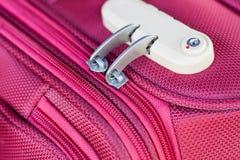 Kombinacja kędziorek na czerwonej walizce Zdjęcie Stock