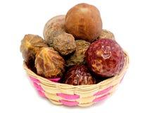 Kombinacje ziołowe lecznicze owoc w bambusowym koszu zdjęcia stock