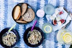 Kombination des Camembertkäses mit Feigen, Granola, Kekse, Jogurt, Limonade stockfoto