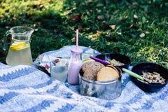 Kombination des Granolas, Kekse, Jogurt, Brot, Limonade lizenzfreie stockfotos