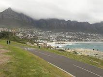 Kombination des Strandes, des Berges, des Nebels und der Landschaft Stockbild