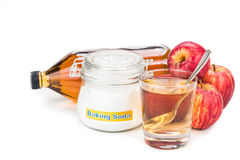 Kombination för äppelcidervinäger och natriumbikarbonatför syrligt lågvatten arkivbild
